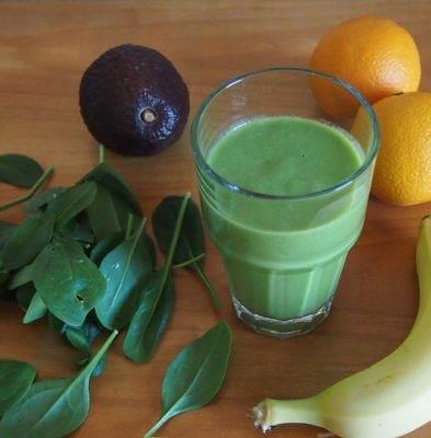 Véritable recette de smoothie de vitamines avec du guarana épinards et fraises